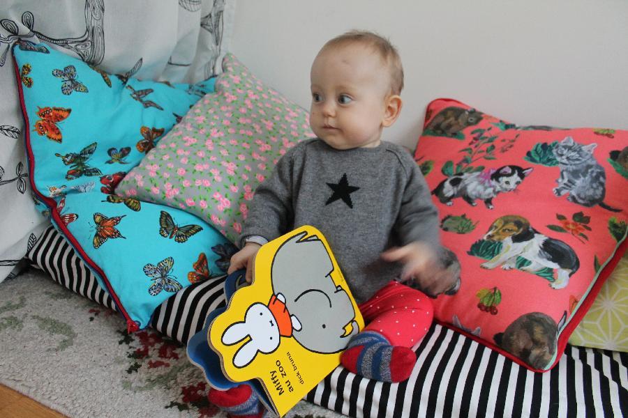un petit coin lecture pour charlie. Black Bedroom Furniture Sets. Home Design Ideas